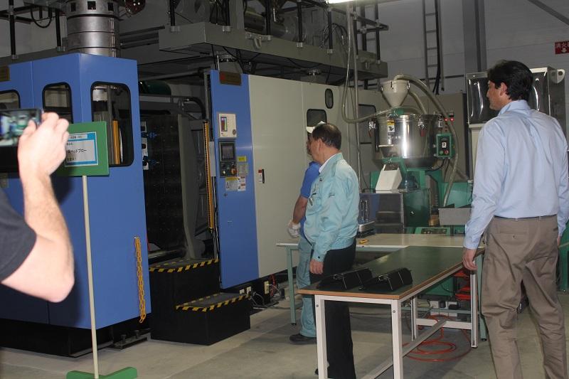 Ngài Inada giới thiệu quá trình sản xuất phần ốp nhựa của ghế massag Inada